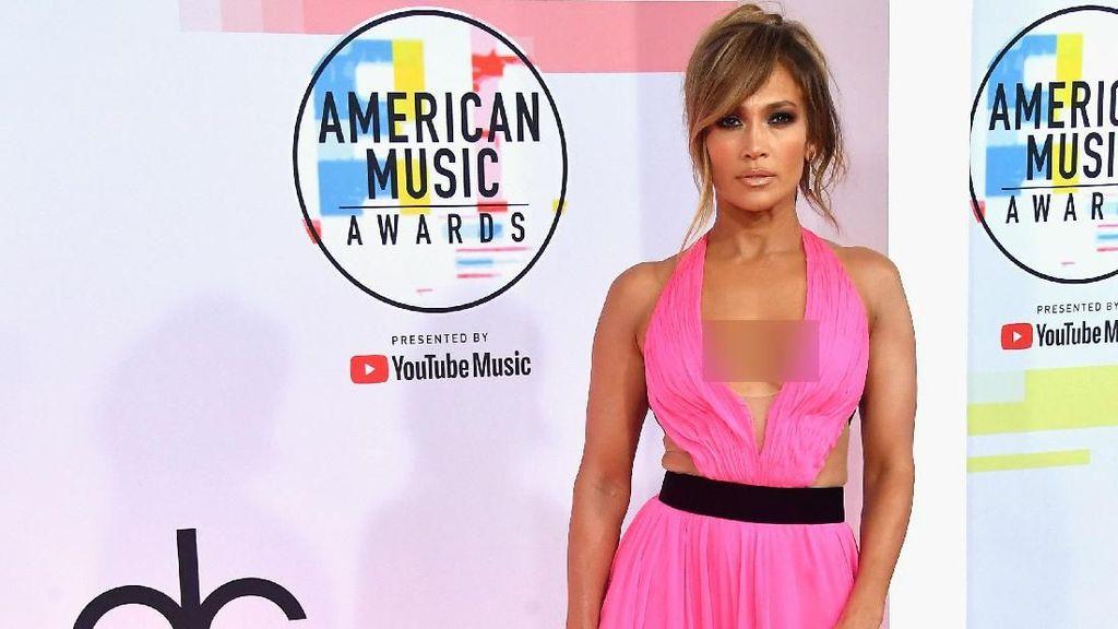 Berusia 49 Tahun, Jennifer Lopez Bergaun Seksi di American Music Awards
