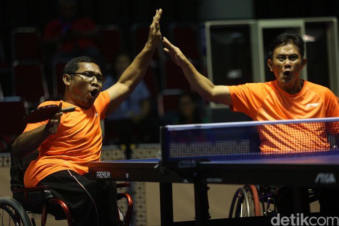 Cahyo Pambudi (berkacamata) dan Sefrianto gembira saat meraih poin.