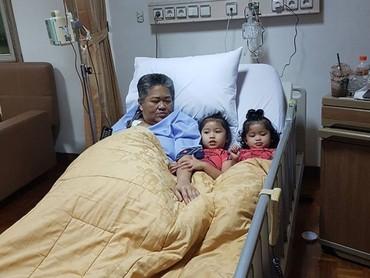 Bahkan saat Anthy dirawat di RS, Alya dan Kiya setia menemani sang oma. So sweet! (Foto: Instagram/ @hada9)