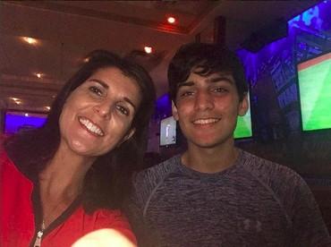 Nikki Haley wefie dengan anaknya yang sudah beranjak dewasa.Hmm, ganteng juga ya anaknya. He-he-he. (Foto: Instagram @nikkihaley)