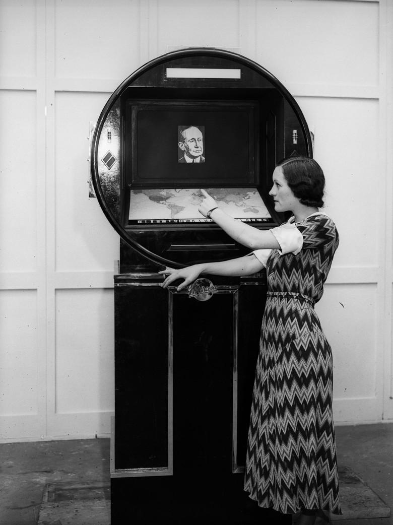 Sebuah set TV dan radio Marconi dipamerkan di London pada Agustus 1933. Sosoknya megah. (Foto: Fred Morley/Fox Photos/Getty Images)