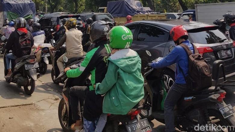 Ada Kecelakaan, Lenteng Agung-Pasar Minggu Macet