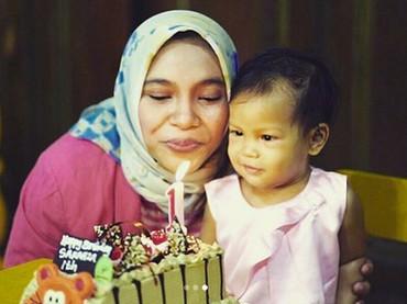 Saat ulang tahun pertama Sarahza. Tiup lilinnya Sarahza. (Foto: Instagram @hanumrais)