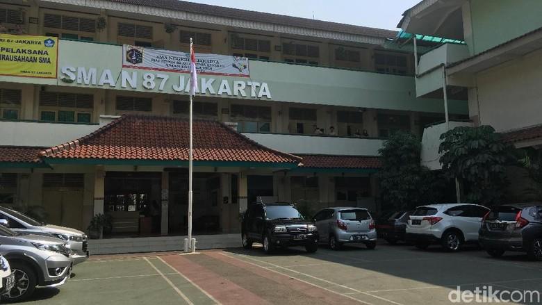 Para Siswa Tak Mendengar Guru Nelty Mendoktrin Anti-Jokowi