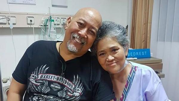 Keluarga Antar Istri Indro Warkop ke TPU Tanah Kusir