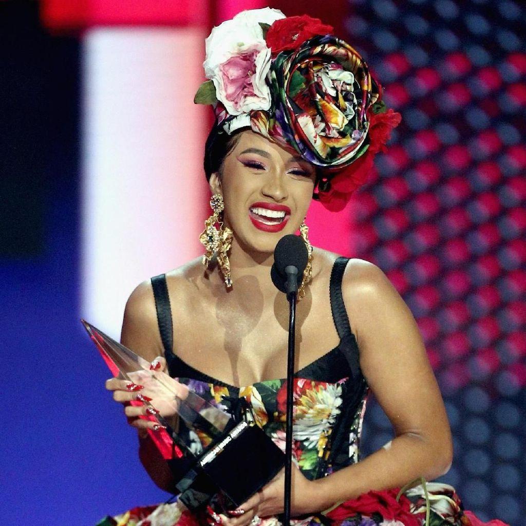 Senyum Semringah Cardi B Borong 3 Piala American Music Awards 2018