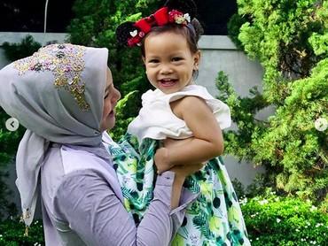 Cantiknya Sarahza kalau lagi tersenyum saat bermain bareng Bunda Hanum Rais. (Foto: Instagram @hanumrais)