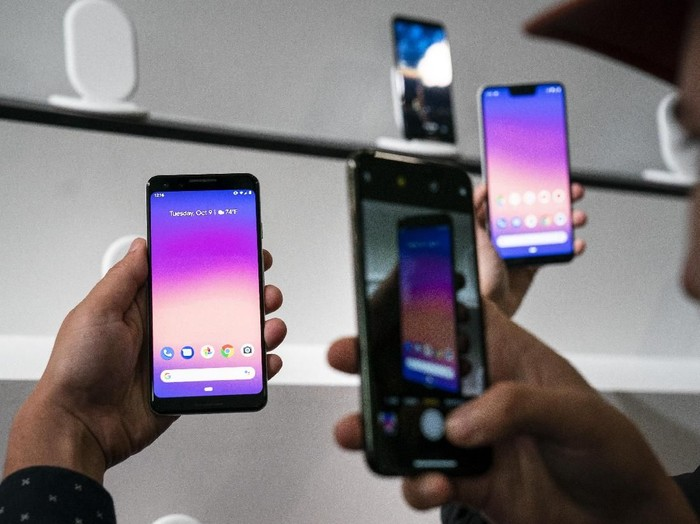 NEW YORK, NY - OCTOBER 9: A guest photographs the new Google Pixel 3 and Pixel 3 XL smartphones during a Google product release event, October 9, 2018 in New York City. The phones will go on sale on October 18 for a base starting retail price of $799 for the Pixel 3 and $899 for the Pixel 3 XL. Google also released a new tablet called the Pixel Slate and the Google Home Hub. (Photo by Drew Angerer/Getty Images)