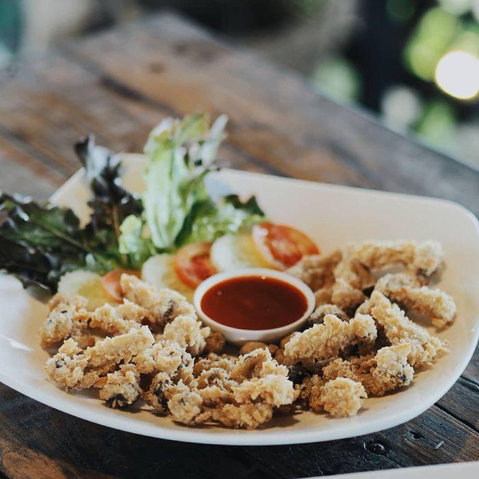 Dibalut tepung krispy, dan digoreng hingga garing. Jamur goreng digemari banyak orang, apalagi jika dicocol dengan saus sambal seperti jamur goreng punya @thanakritsit. Foto: Instagram