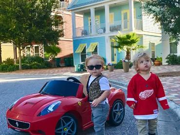 Mobil DeLorean si kembar keren ya? Untuk membuat mobil ini, Lauren hanya perlu menambahkan kardus dan cat akrilik di mobil sebelumnya lho. (Foto: Instagram/laurenluskwilis)