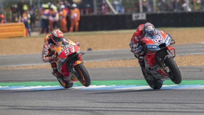 Marc Marquez dan Andrea Dovizioso berduel di MotoGP Thailand akhir pekan lalu. (Foto: Mirco Lazzari gp/Getty Images)
