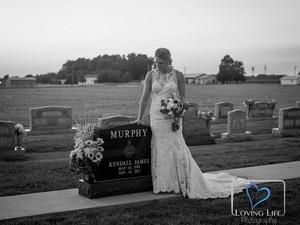 Ada Kisah Haru di Balik Foto Viral Wanita yang Menikah di Kuburan Ini