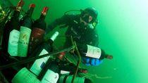 Foto Tradisi Menaruh Wine di Laut