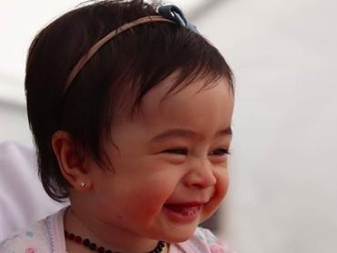 Aih, melihat senyum Raqeema hati ini adem banget deh. (Foto: Instagram/ @nsyakieb85)
