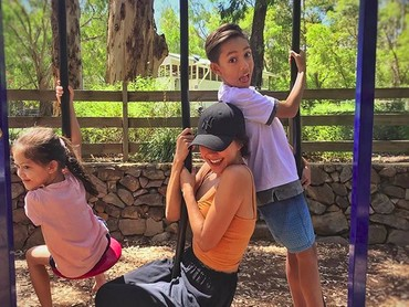 Nana Mirdad dan kedua anaknya, Jason Deandra White dan Sarah Deana White kompak bermain ayunan. Wah seru ya, Bun. (Foto: Instagram @nanamirdad)