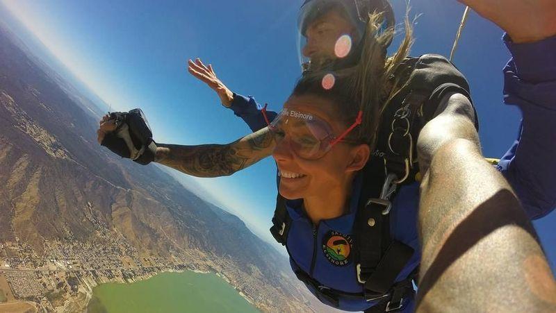 Selain surfing, Maya juga suka skydiving lho! (maya/Instagram)