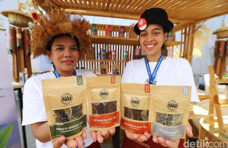 SPG menunjukan beberapa produk teh milik Holding Perkebunan Nusantara (PTPN Group) di Indonesia Pavilion, pameran kebudayaan Indonesia yang diselenggarakan selama berlangsungnya IMF-World Bank Group Annual Meeting 2018 di Nusa Dua, Bali.