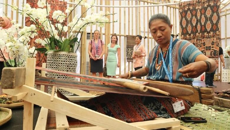 Tenun Maumere, Simbol Kedewasaan Gadis NTT di Paviliun Indonesia