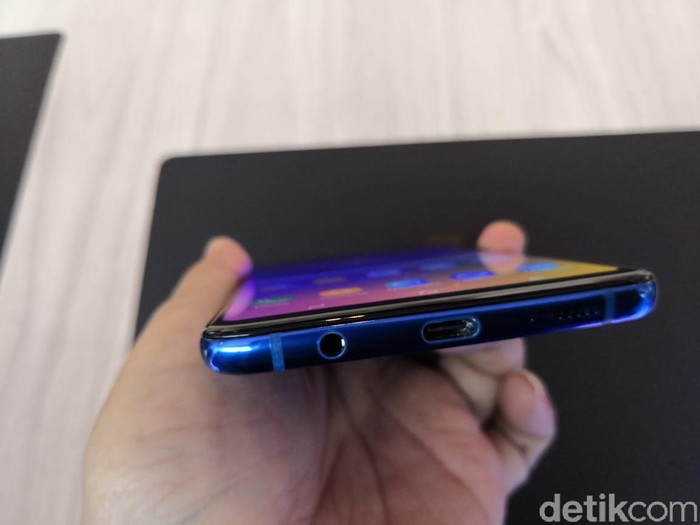 Jack headphone saat ini masih ada di ponsel Samsung (Foto: detikINET/Fino Yurio Kristo)