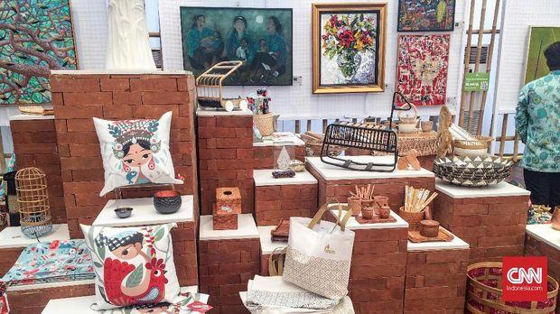 Berbagai barang seni khas Indonesia dipamerkan di Indonesia Pavilion.