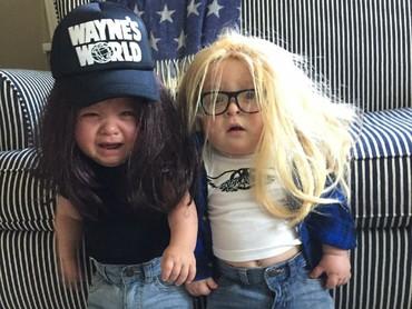 Gemas! Saat si kembar didandani sebagai tokoh film Waynes World. (Foto: Instagram/laurenluskwilis)