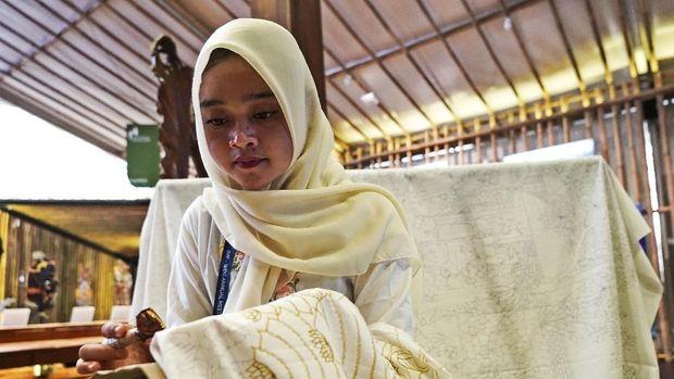 Pembatik di Indonesia Pavilion, pameran seni dan budaya yang digelar di pertemuan tahunan IMF-World Bank.