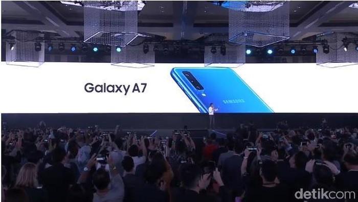 Samsung resmi merilis Galaxy A7, ponsel menengah yang mengusung 3 kamera belakang (Foto: detikINET/Fino Yurio Kristo)