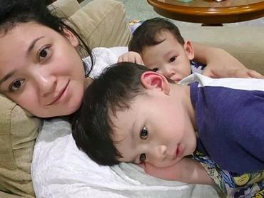 Memeluk dua anak sekaligus. Momen yang nggak terlupakan nih. (Foto: Instagram @agnipratistha)
