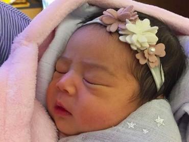 Throwback saat Raqeema masih newborn. Cute banget ya. (Foto: Instagram/ @nsyakieb85)