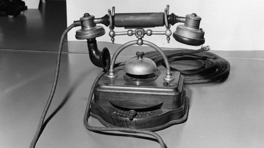 Penampakan sebuah telepon jadul di zaman old. Dalam foto medio 1905 ini, jenis telepon itu sudah canggih karena bisa mengontak sampai 10 ekstensi. (Foto: Fox Photos/Getty Images)
