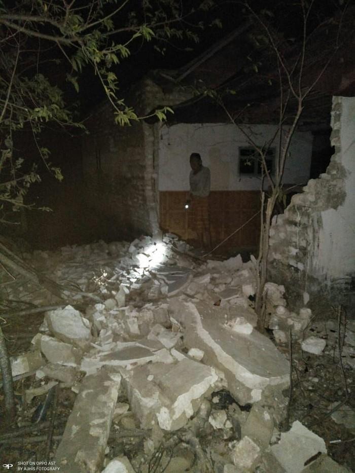 Bangunan rusak akibat gempa M 6,4 di Situbondo di Kecamatan Gayam Kepulauan Sapudi, Kab Sumenep. (Dok BNPB) (Dok BNPB)