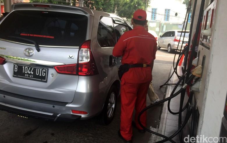 Ilustrasi mengisi bensin tak sesuai anjuran. Foto: Puti Aini Yasmin
