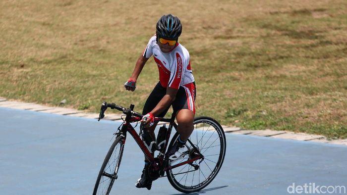 Tryagus Arief Rachman mengandalkan tangan kiri untuk mengendalikan sepeda.  (Agung Pambudhy/detikSport)