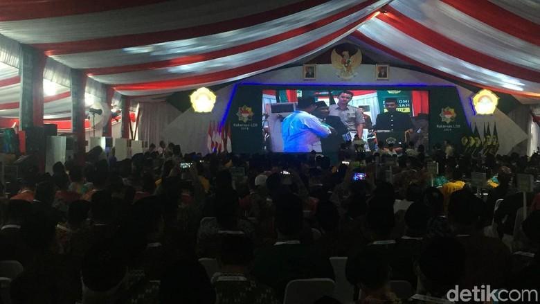 Seperti Jokowi, Prabowo Diberi Buku Pedoman Ibadah di Rakernas LDII