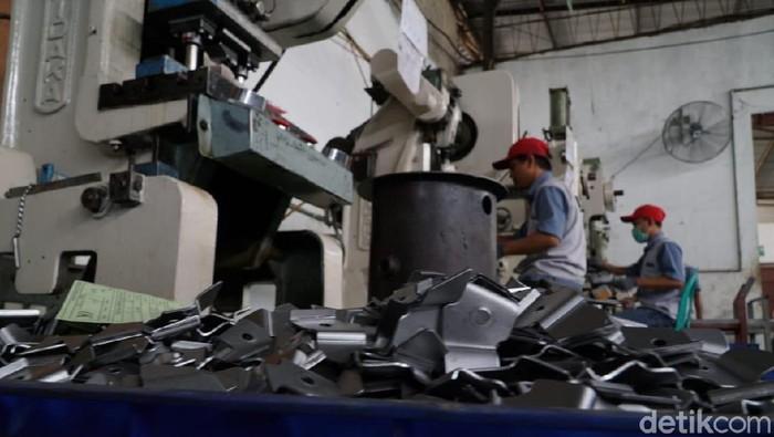 industri kecil dan menengah (IKM) logam di Desa Bengle, Kabupaten Tegal, Jawa Tengah, Rabu (10/10). YDBA bersama Dinas Perindustrian Kabupaten Tegal mengunjungi sejumlah IKM logam untuk mendukung penguatan kapasitas manajemen usaha, meningkatkan produksi agar mampu berkembang dan bersaing dipasaran.