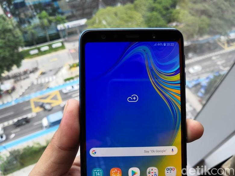 Galaxy A7 diposisikan di bawah Galaxy A9. Galaxy A7 mengusung prosesor octa core, RAM 4 GB dan memori internal 64 GB. Baterainya berkapasitas 3.300 mAh. (Foto: detikINET/Fino Yurio Kristo)
