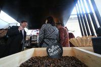 Gubernur BI Perry Warjiyo mencicipi kopi di sela acara IMF-WB Annual Meeting 2018