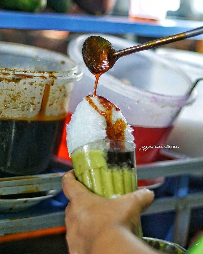 Saat ini sedang tren alpukat kocok. Minuman ini terbuat dari buah alpukat yang dikocok tak sampai halus. Lalu diberi es serut, susu kental manis, dan saus gula merah. Rasanya manis segar! Foto: Instagram jogjabikinlaper