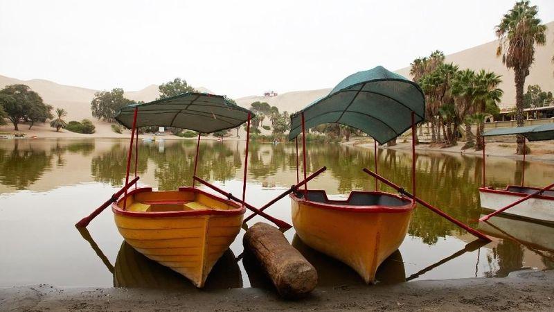 Nama oasisnya Huacachina dan berada di tengah gundukan gurun pasir di Peru selatan. Oasis ini jadi salah satu destinasi wisata andalan di negara itu (iStock)