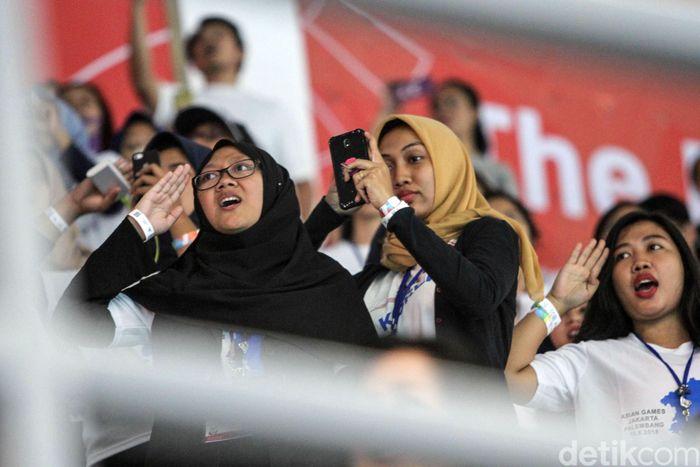 Stadion Akuatik di kompleks Gelora Bung Karno (GBK) dipenuhi penonton. Mereka memenuhi tribune stadion.