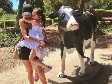 Sarah takut ya sama sapi? Tenang, Nak, ada Bunda Nana yang akan menjagamu. He-he-he. (Foto: Instagram @nanamirdad)