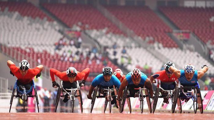Para atlet Para Atletik putra sedang bertanding di lintasan 1500M Men T53/54 babak final Asian Para Games 2018 di Stadion Utama Gelora Bung Karno, Senayan Jakarta, Kamis, 11 Oktober 2018. (Dewi Nurcahyani/INAPGOC)