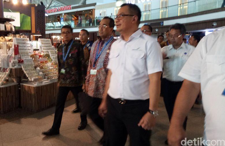 Pantauan di Terminal Kedatangan Internasional Bandara Ngurah Rai, Bali, Kamis (11/10/2018), Budi dan rombongan berkeliling sambil mendengarkan penjelasan dari pihak Angkasa Pura I.