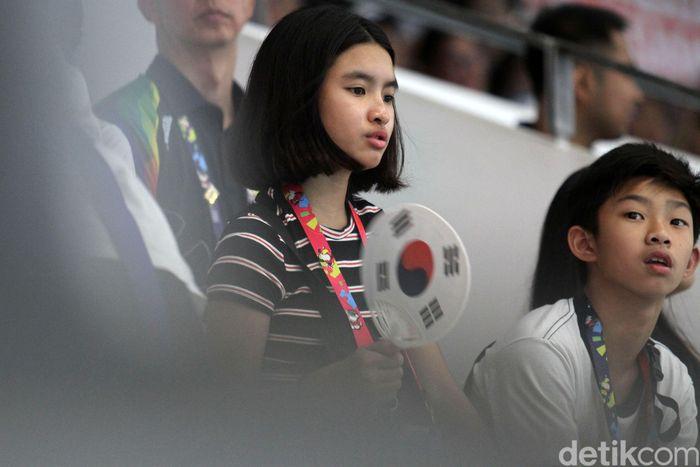 Supporter dari luar negeri pun turut hadir. Mereka juga berdiri ketika lagu kebangsaan dinyanyikan.