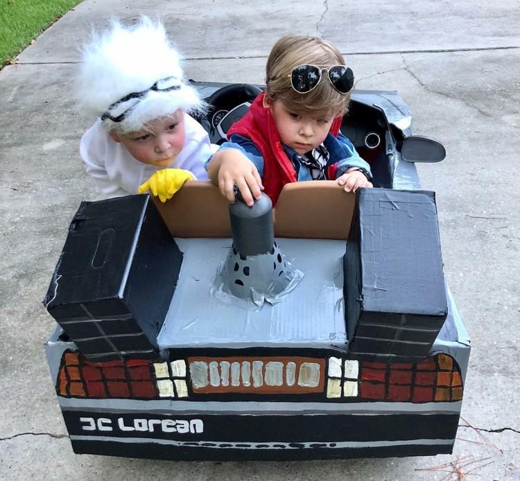 Ibu bernama Lauren Willis sepertinya senang dengan pesta Halloween. Ia banyak membuatkan kostum untuk anakkembarnya. (Foto: Instagram/laurenluskwilis)