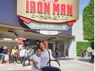 Jalan-jalan ke Disneyland Hong Kong. Asyiknya jalan-jalan bareng keluarga tercinta! (Foto: Instagram @nanamirdad)