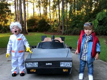 Ini adalah si kembar Charlie and Row, Bun. Mereka didandani jadi Doc dan Marty McFly dari film 80-an yang hits, Back to the Future!. Menggemaskan banget kan. (Foto: Instagram/laurenluskwilis)