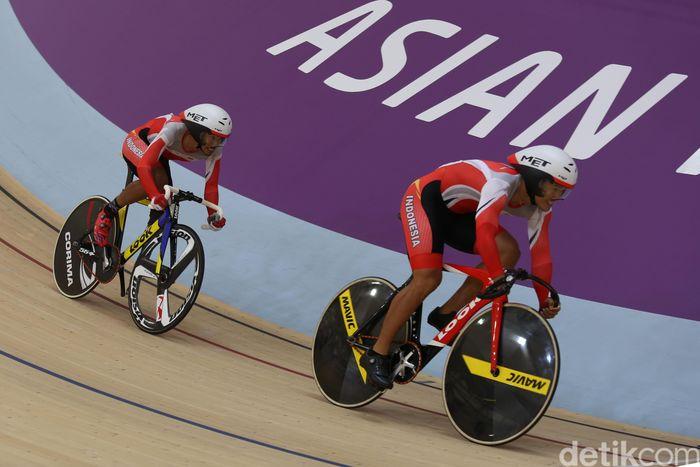Para atlet balap sepeda Muhammad Fadli Immamuddin, Martin Losu dan Habib Shaleh berlomba dalam kelas Mens C 1-5 team sprint (tunadaksa) di Jakarta International Velodrome, Jakarta, Kamis (11/10/2018).