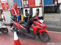 Pengisian bensin Pertamax untuk Vario 125.