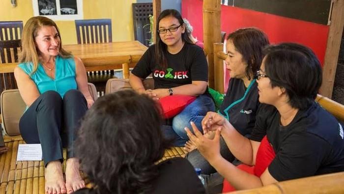 Melinda Gates (paling kiri) saat bertemu dengan sejumlah mitra Go-Jek di Bali. Foto: Gates Archive
